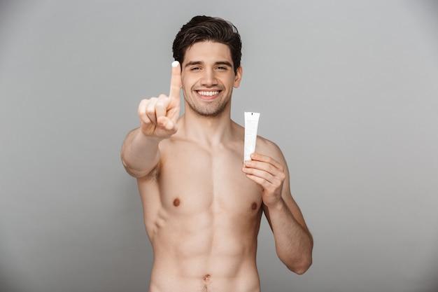 Schönheitsporträt des halbnackten selbstbewussten jungen mannes