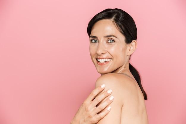 Schönheitsporträt einer attraktiven, glücklichen jungen topless-frau, die isoliert steht
