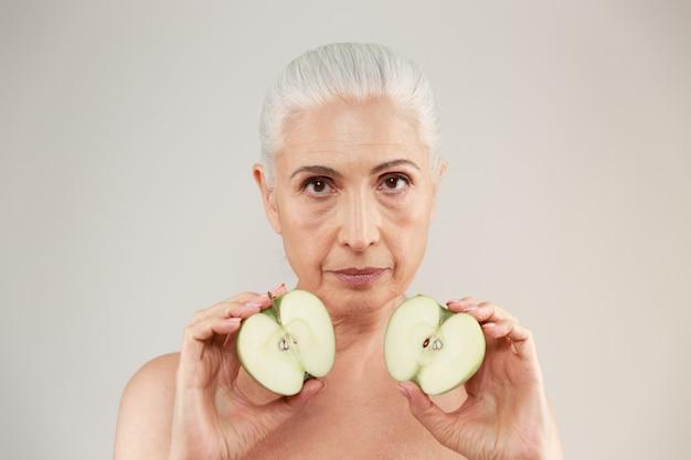 Schönheitsporträt einer attraktiven halbnackten älteren frau