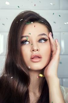 Schönheitsporträt einer frau mit schöner frisur und kräftigem haar. glatte, zarte gesichtshaut, natürliches make-up