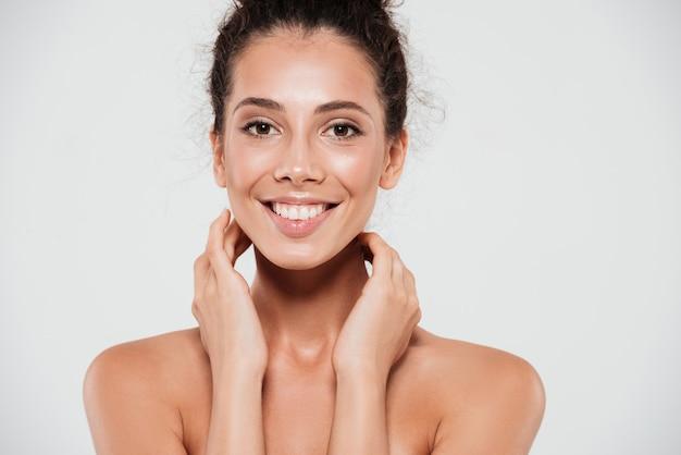 Schönheitsporträt einer glücklichen lächelnden frau