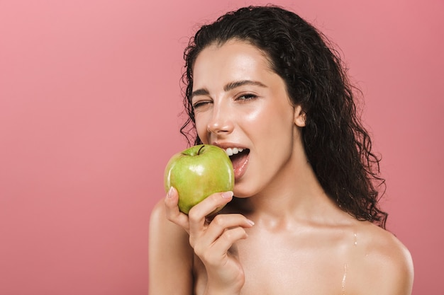 Schönheitsporträt einer hübschen jungen topless frau