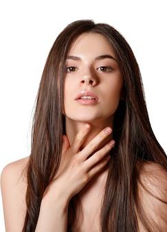 Schönheitsporträt einer jungen schönen brünette und glattes langes, fließendes haar