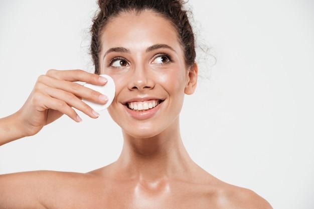 Schönheitsporträt einer lächelnden brünetten frau