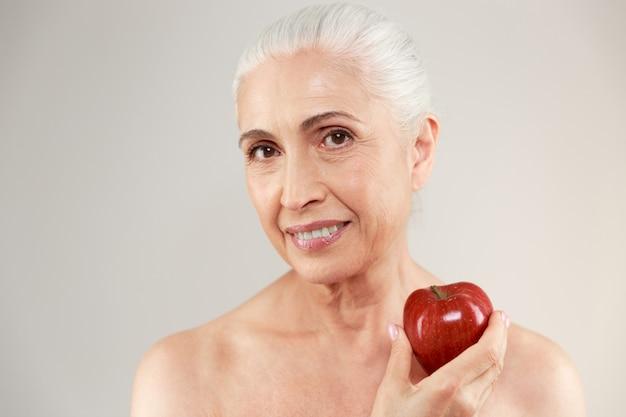 Schönheitsporträt einer lächelnden halbnackten älteren frau