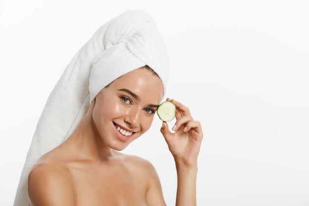 Schönheitsporträt einer lächelnden schönen halben nackten frau mit einem tuch