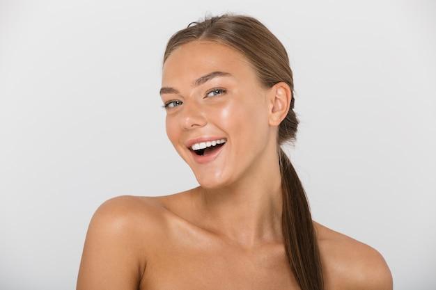 Schönheitsporträt einer topless glücklichen jungen frau isoliert