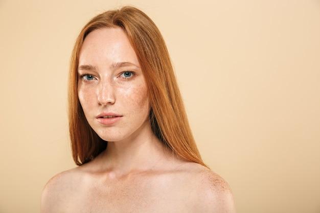 Schönheitsporträt eines frischen jungen topless rothaarigen mädchens