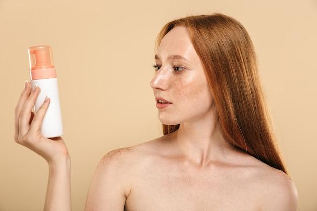 Schönheitsporträt eines gesunden jungen topless rothaarigen mädchens