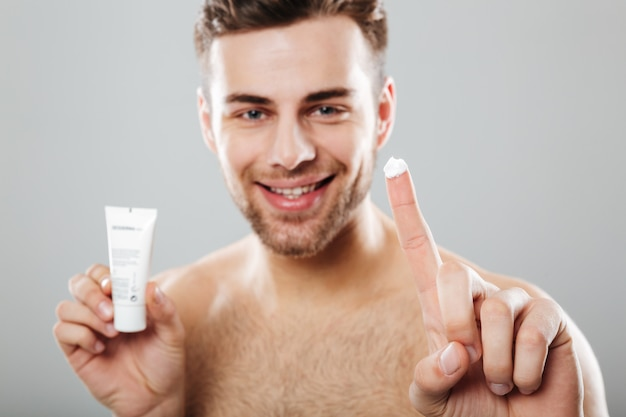 Schönheitsporträt eines glücklichen halb nackten mannes