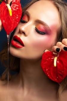 Schönheitsporträt eines schönen modells mit einem hellen make-up und einer nahaufnahme der roten lippen.