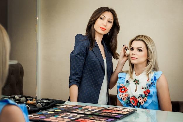 Schönheitssalon, das mädchen dklayut make-up und styling im salon, friseure und maskenbildner
