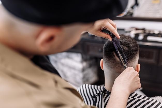 Schönheitssalon für männer. herrenhaarschnitt in einem friseurladen. neuer haarschnittstil 2020