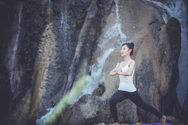 Schönheitssitzen und übendes yoga.
