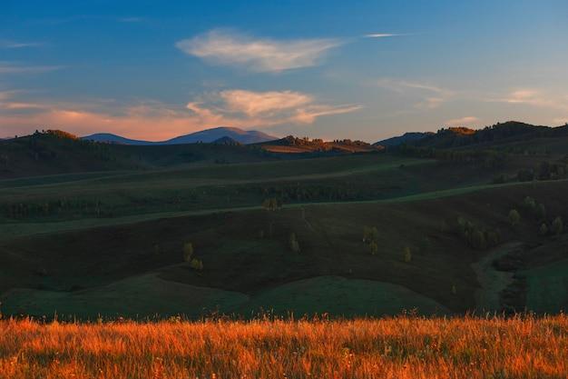 Schönheitssommerabend in den bergen