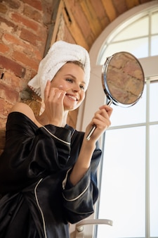 Schönheitstag. frau macht ihre tägliche hautpflege zu hause