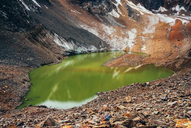 Schönster gletschersee von säuregrüner farbe