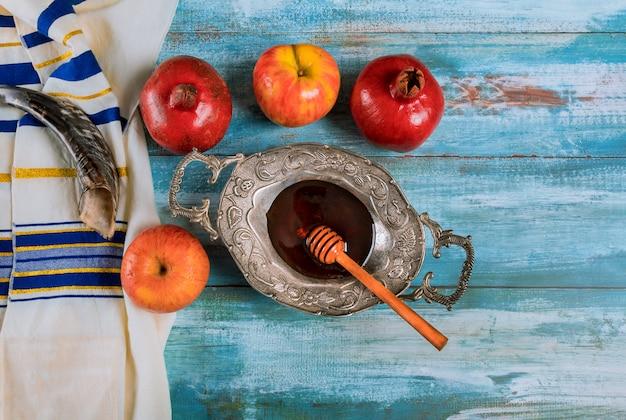 Schofar und tallit mit glashonig und frischen reifen äpfeln. jüdische symbole des neuen jahres. rosch haschana