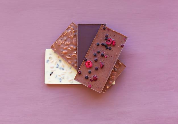 Schokolade auf lila schokolade. schokoladentafel. nussschokolade.