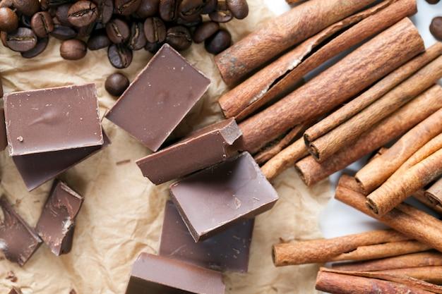 Schokolade aus zucker und kakao, köstliche stücke