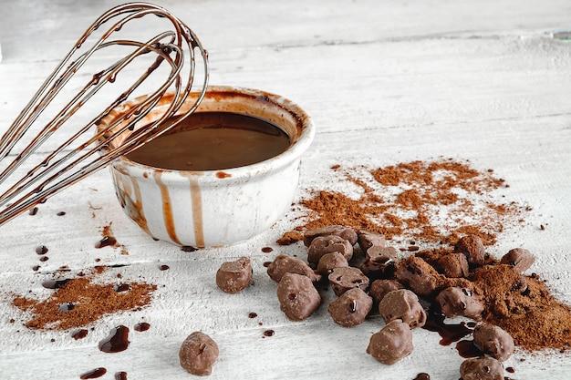 Schokolade geschmolzene schokolade / schokolade / gehackt / gehackt und chips, um schokolade zu machen