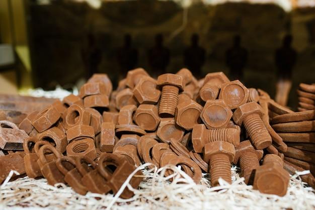 Schokolade in form von bolzen, muttern und schlössern