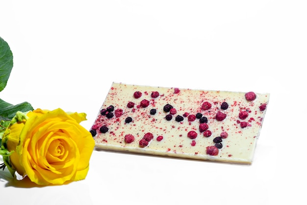 Schokolade mit früchten und blumen auf weiß