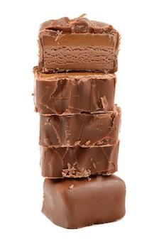 Schokolade mit karamell auf weißem grund