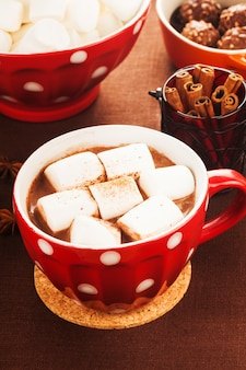 Schokolade mit marshmallow im roten polka dot cup