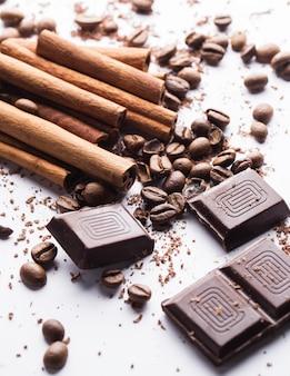 Schokolade mit zimt und kaffeebohnen
