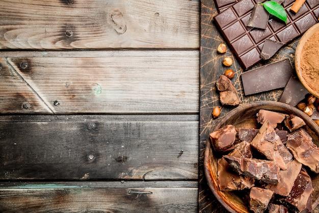 Schokolade. schokolade mit kakaopulver und zimt. auf einem holz.