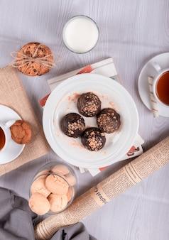 Schokolade, süße snacks und tee auf dem tisch