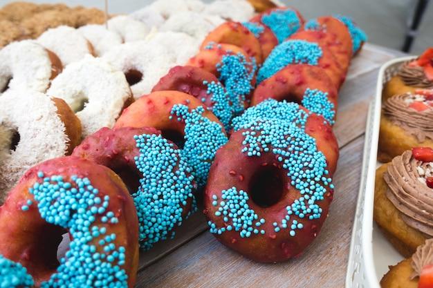 Schokolade und kokosnuss donuts