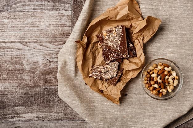 Schokolade und nüsse auf holz