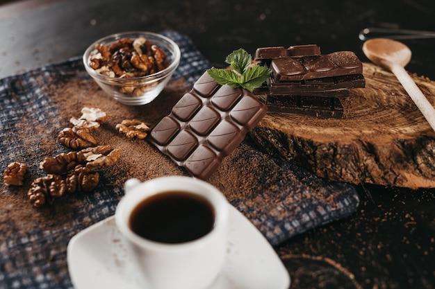 Schokolade und nüsse, mit kakao gepresst, sind in schwarz gut sortiert