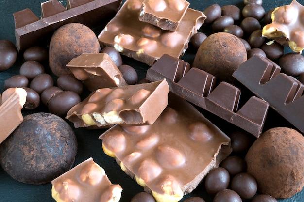 Schokolade zerhackt in stücke.