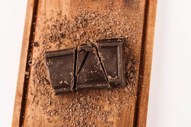 Schokolade zwischen schokoladenstückchen auf hackendem brett
