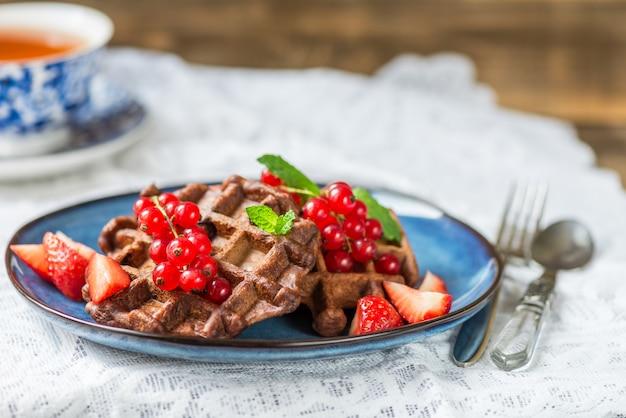 Schokoladen-belgien-waffeln mit beeren