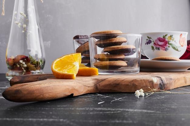 Schokoladen-biskuit mit zitrone und orange.