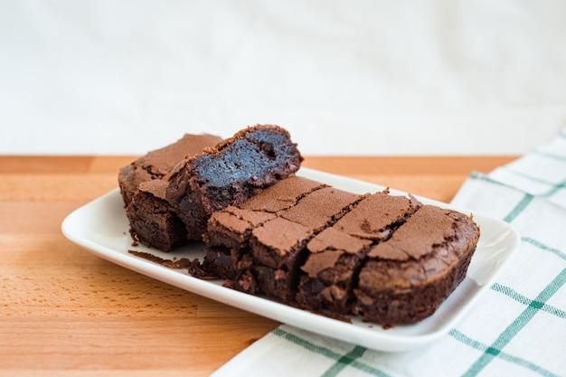 Schokoladen-brownie auf schneidebrett