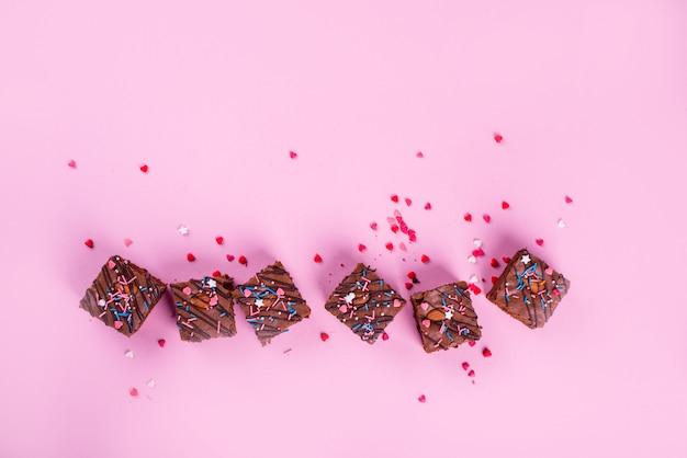 Schokoladen-brownie-dessert mit mandeln im inneren, festliches pulver