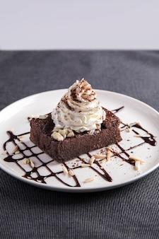 Schokoladen brownie mit schlagsahne