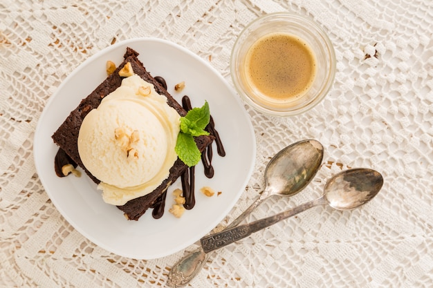 Schokoladen-brownie mit vanilleeis, nüssen und minze