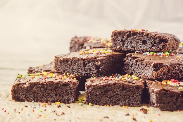 Schokoladen brownie. selbst gemachtes backen. selektiver fokus essen.