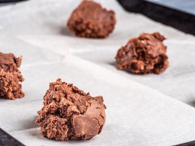 Schokoladen-brownie-teig auf kugelförmigem backpapier.