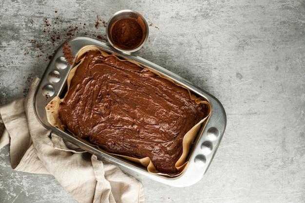 Schokoladen-brownie-teig vor dem backen flach legen