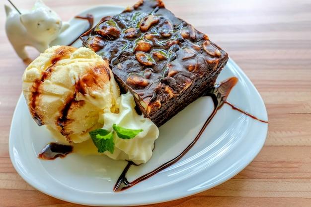 Schokoladen-brownie und vanilleeis
