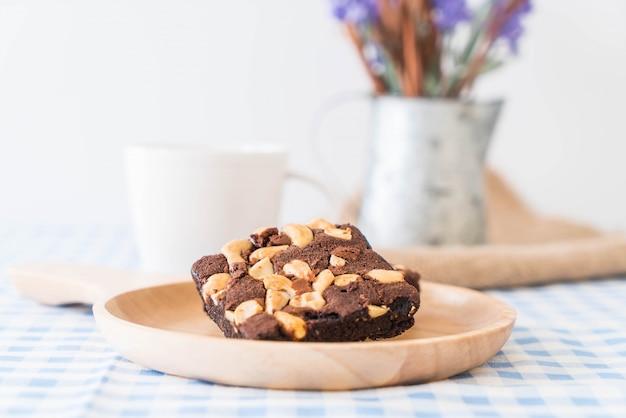 Schokoladen-brownies auf dem tisch