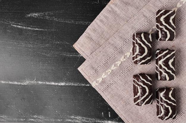 Schokoladen-brownies auf einem küchentuch.