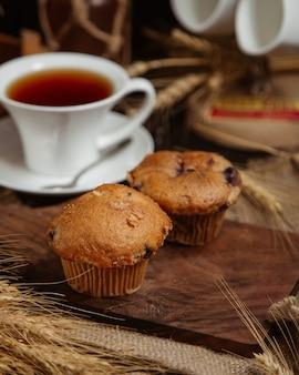 Schokoladen-brownies serviert mit einer tasse tee
